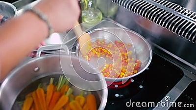 Kochen Sie Fischrogen der Pfeffer und die Tomaten in einer Wanne stock video footage