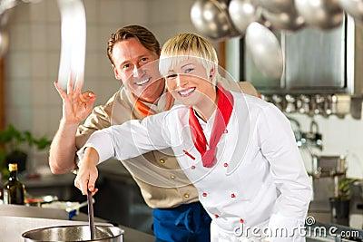 Kockar i en restaurang- eller hotellkökmatlagning