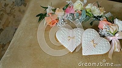 Koekjes in de vorm van harten Huwelijks boutonnieres bloemen stock videobeelden