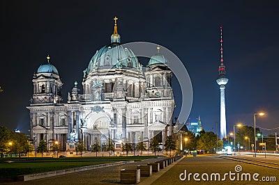 Koepel en TVtoren in Berlijn bij nacht Redactionele Stock Foto