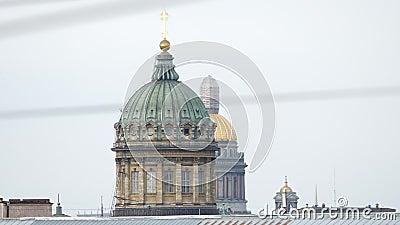 Koepels van de Kazan kathedraal en de Kathedraal van Isaac in de zomer - St. Petersburg, Rusland stock footage