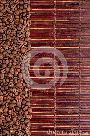 Koffiebonen die op een bamboemat liggen