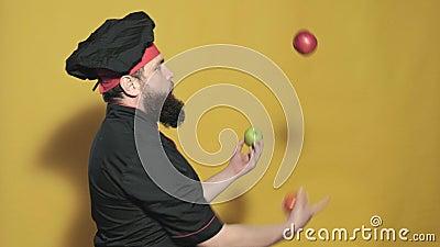 Kok in een zwart kostuum op een gele achtergrond stock video