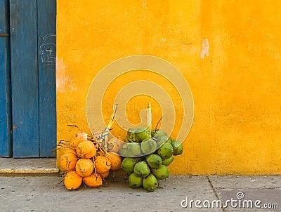 Kokosnoten in de straat van Cartagena, Colombia