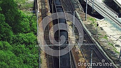 Kolej: pociąg załadowany węglem wjeżdża na szyny zbiory wideo