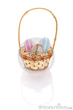 Kolorowi Wielkanocni jajka w koszu