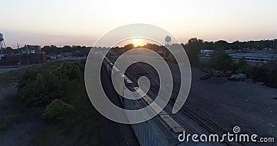 Komarnica Nad pociągiem przy półmrokiem zdjęcie wideo