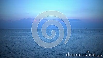 Koncepcja morska: krajobraz plażowy wielkiego miasta, niebieskie morze z okrętami wojskowymi i rybackimi na horyzoncie 4k zbiory