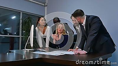 Konferencja biznesowa, dyskusja emocjonalna w biurze zbiory wideo