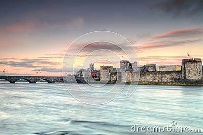 Koning John Castle bij zonsondergang in Limerick