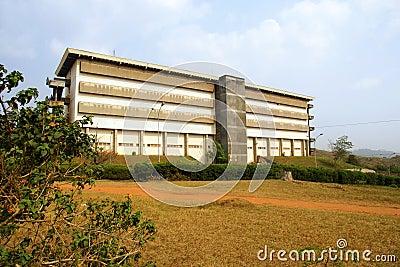 Konkretes Gebäude und roter Pfad