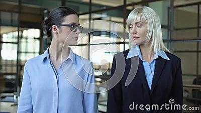 Konkurujące kobiety w garniturach, skręcające ramiona, kierownictwo kariery, konflikt zbiory