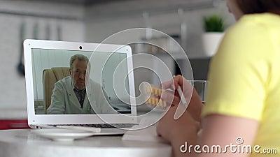 Konsultacje z lekarzem online, technologia internetowa, opieka zdrowotna, zakażenie koronawirusami, chory pacjent Konsultacje z p zbiory