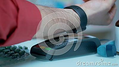 Kontaktlose Zahlung mit smartwatch Zahlen für Drogen mit nfc Technologie stock video footage
