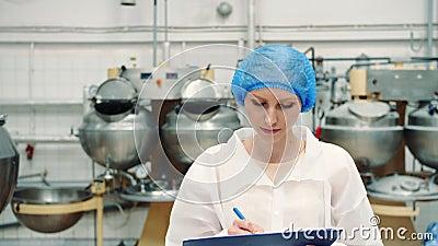 Kontroler sprawdza słodycze fabrykę Cukierek fabryka zbiory wideo