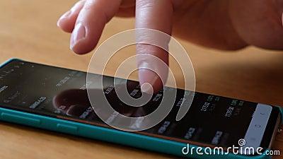 Kontrolle der männlichen Hände auf dem Finanzmarkt durch Smartphone Börsendiagramme auf Smartphone-Bildschirmen stock video