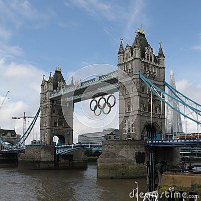 Kontrollturm-Brücken-olympische Ringe, London Redaktionelles Stockfotografie