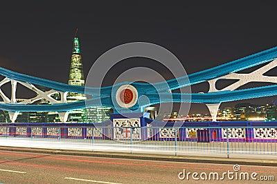 Kontrollturm-Brücke nachts: Details des Feldes, London