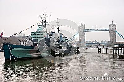Kontrollturm-Brücke und HMS Belfast, London.