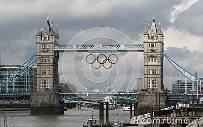 Kontrollturm-Brücken-olympische Ringe, London Redaktionelles Stockbild