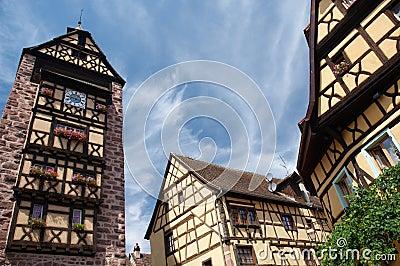 Kontrollturm und Häuser, Elsass