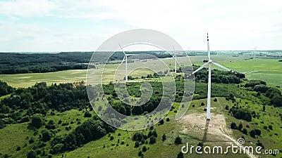 Konzept der Windenergie Turbinen im ländlichen Raum zur Versorgung des ländlichen Raums mit Elektrizität Luftlandschaft stock video footage
