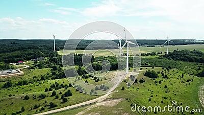 Konzept der Windenergie Turbinen im ländlichen Raum zur Versorgung des ländlichen Raums mit Elektrizität Luftlandschaft stock video