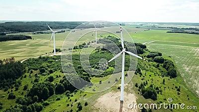 Konzept der Windenergie Turbinen im ländlichen Raum zur Versorgung des ländlichen Raums mit Elektrizität Luftlandschaft stock footage