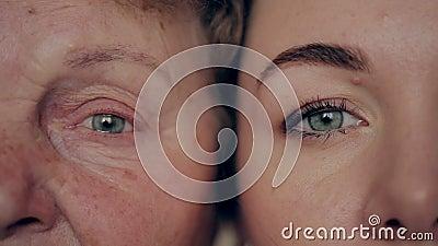 Konzept des Alterns und der Hautpflege Gesicht der jungen Frau und der alten Frau mit Falten stock footage
