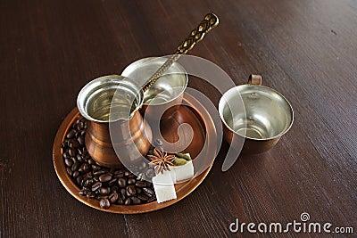 Koper voor het maken van Turkse koffie met kruiden wordt geplaatst dat