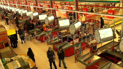 Kopers in een supermarkt stock video