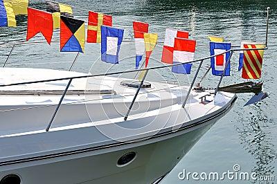 Kopf der Yacht und der bunten Markierungsfahne