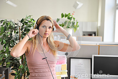 Kopfhörercomputer der jungen Frau