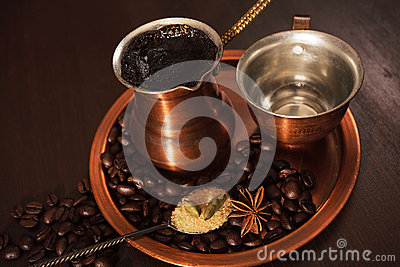 Kopparuppsättningen för framställning av turkiskt kaffe med kryddakaffe är klar att tjänas som