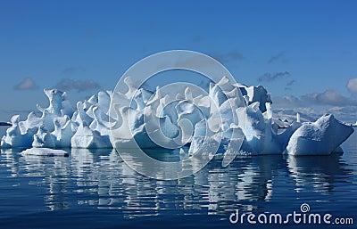 Korallenroter Eisberg