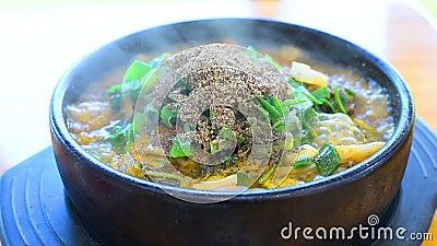Korea-Lebensmittel, heiße kochende Suppe, Schweinefleisch auf der Knochen-Suppe, koreanisches Lebensmittel stock footage