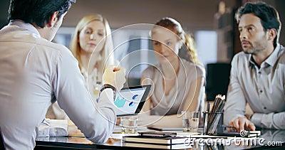 Korporacyjnego biznesu drużyny pracy biurowy spotkanie Cztery caucasian bizneswomanu i biznesmena grupowej opowiada strategii lud zdjęcie wideo