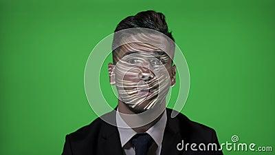 Korporacyjny kandydat z kostiumem i krawatem na IT akcydensowej probierczej futurystycznej technologii na zielonym tle - zbiory wideo