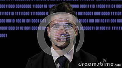 Korporacyjny męski przedsiębiorcy budowlanego programista codding na futurystycznym holograficznym pokazie na ciemnym tle z błęki zbiory wideo