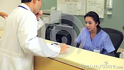 Korridor Doktor-Walking Along Hospital unter Verwendung Digital-Tablets stock video