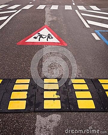 Korsa för barn för trafikkontroll långsamt ner