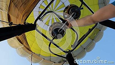 Korte uitbarstingen van de brander van de hete luchtballon stock footage