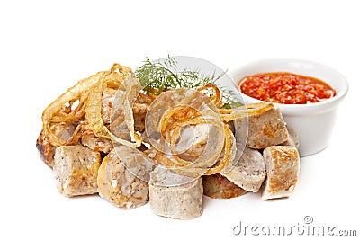 Korvar som stekas med kryddig tomatsås