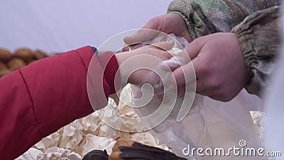Kostiumowego kupienia moreng słodki ciasto zakrywający z czekoladą przy karmowym rynkiem zbiory wideo