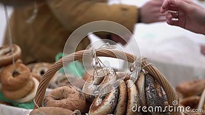 Kostiumowy pierścionek kształtować kupienie chlebowe rolki przyprawiać z makowymi ziarnami w mieście radzą sobie Wręcza płacić pi zbiory