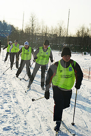 Kör skidar unga sportsmen Redaktionell Arkivbild