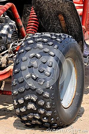 Krachtige band van de motorfiets van het strandzand