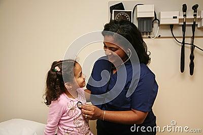 Krankenschwester überprüft jungen Patienten
