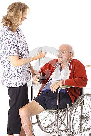 Krankenschwester, die Handikappatienten überprüft