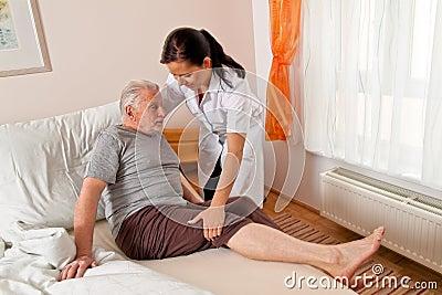 Krankenschwester in gealterter Sorgfalt für die älteren Personen